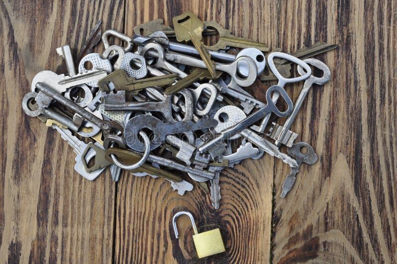 钥匙和小挂锁 库存照片