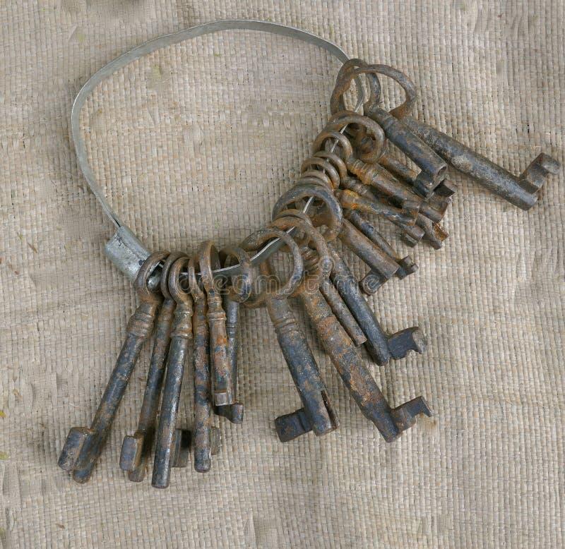 钥匙圈以卖的一些生锈的老钥匙在旧货市场 免版税库存照片