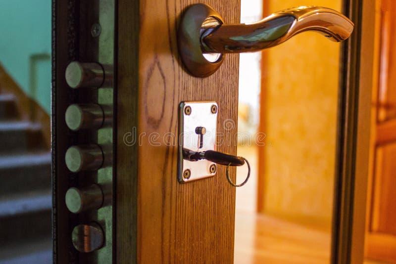 钥匙在公寓门 库存照片