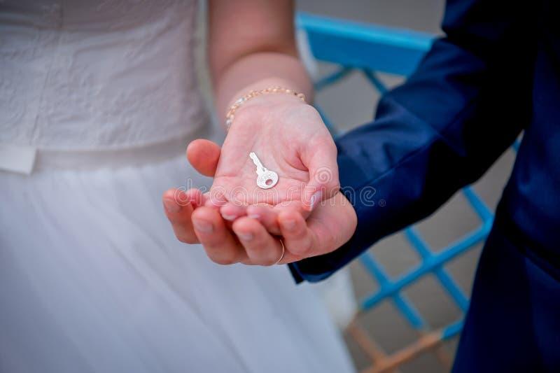 钥匙在新婚佳偶的手上 免版税库存图片