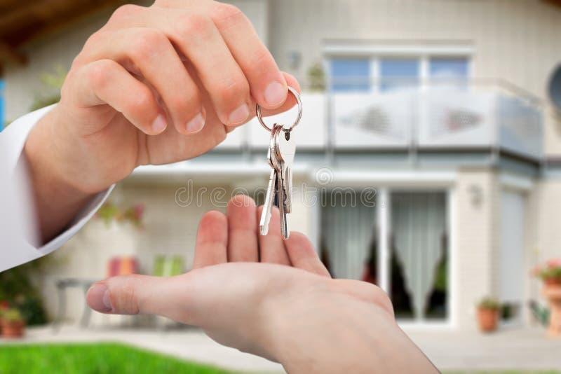 给钥匙的房地产开发商所有者反对新房 库存照片