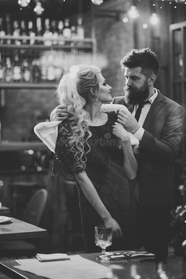 钦佩者 男人和妇女业务会议  在爱集会的夫妇在餐馆 与性感的妇女的情人节和 免版税库存照片