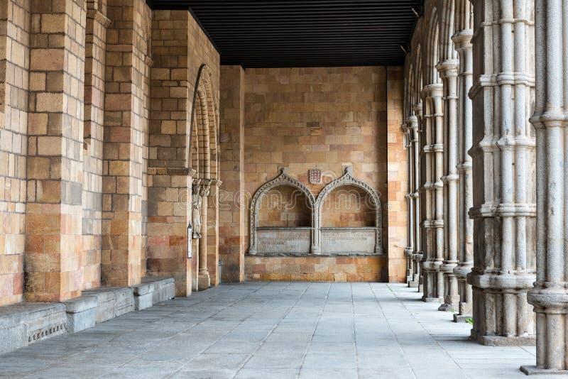 钦琼特佩克火山大教堂的门廊在阿维拉,西班牙 库存照片