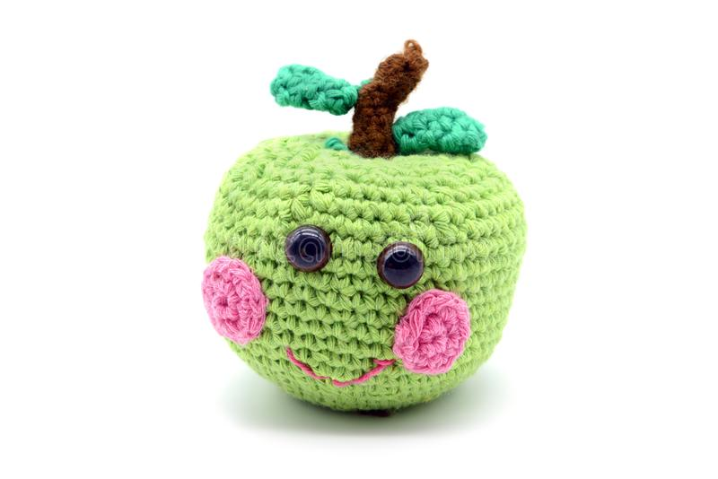 钩编编织物与微笑的面孔的绿色苹果在白色被隔绝的backgro 库存图片