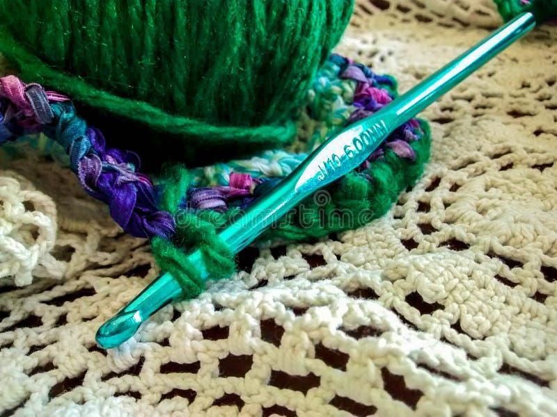 钩编编织物与毛线针和球的项目  库存图片