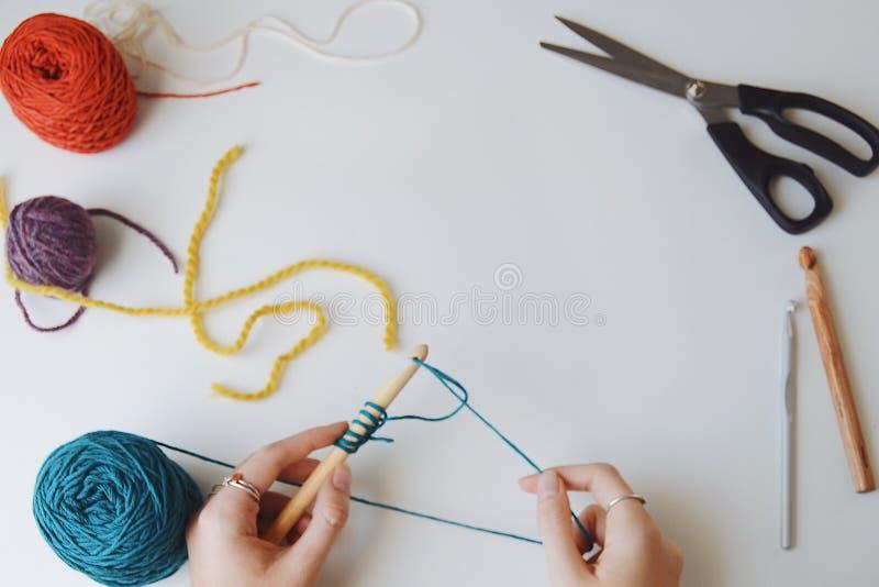 钩编编织物在工艺桌上的手 免版税库存图片