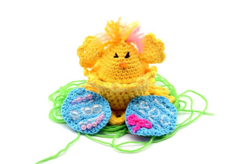 钩编编织物在鸡形状的复活节彩蛋杯子用复活节彩蛋和gre 库存照片
