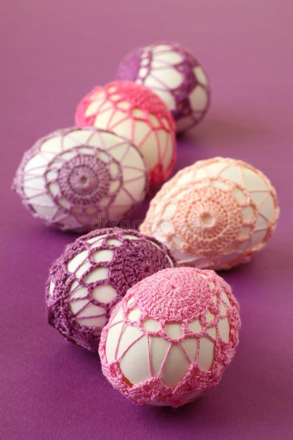 钩针编织复活节彩蛋变粉红色紫色 免版税图库摄影