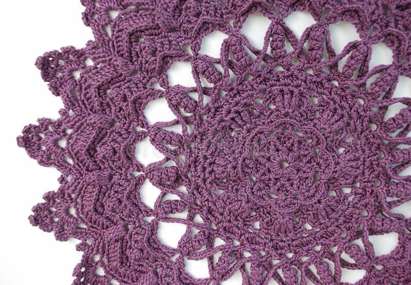钩针编织小垫布紫色 库存图片