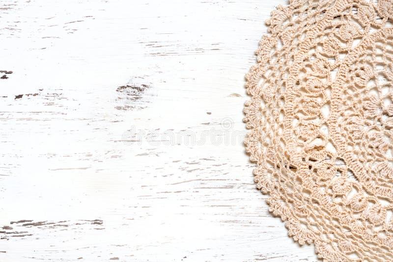 钩针编织在破旧的别致的木头的小垫布边界 库存图片