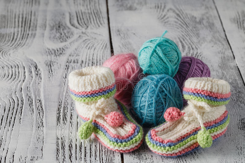 钩针编织婴孩赃物 库存照片