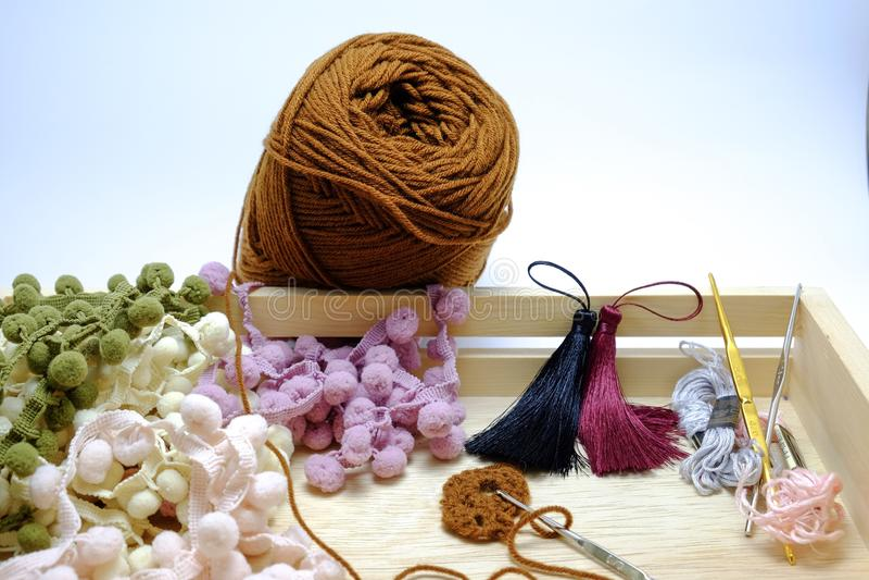 钩针编织毛线、缨子和钩针篮子  免版税图库摄影