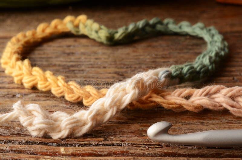 钩针编织毛线和勾子 免版税库存照片