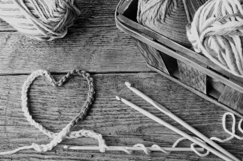 钩针编织毛线和勾子 库存图片