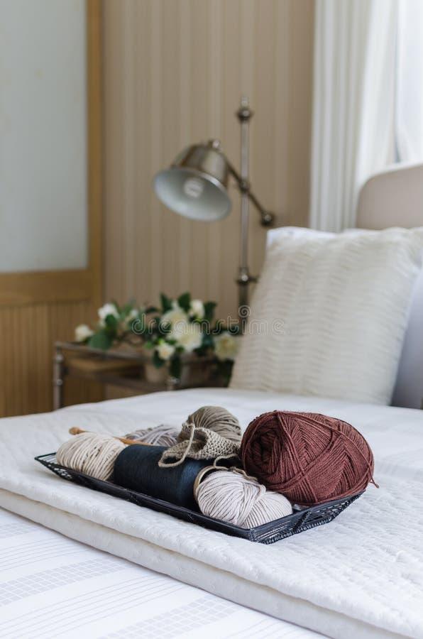 钩针编织盘子在卧室 免版税库存图片