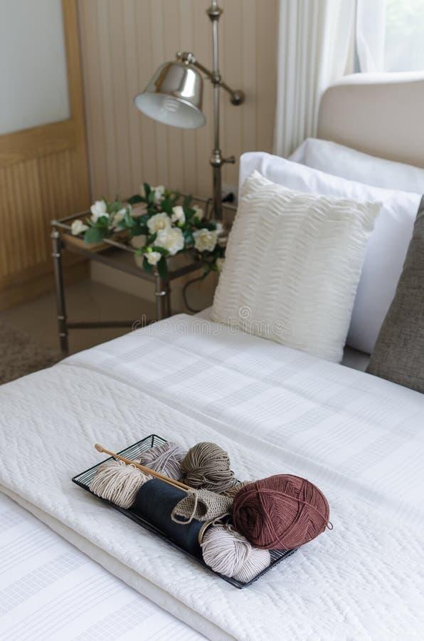 钩针编织盘子在卧室 免版税库存照片