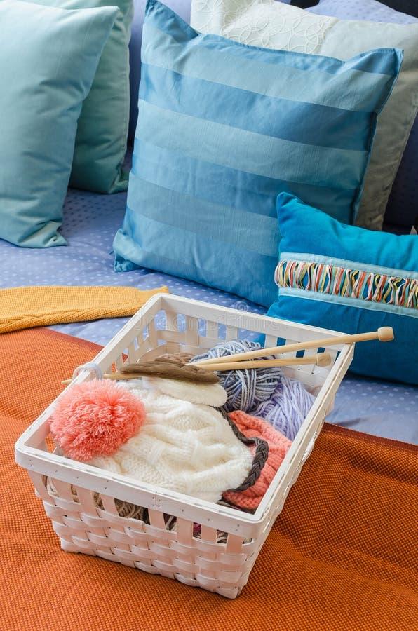 钩针编织篮子在五颜六色的床上的 图库摄影