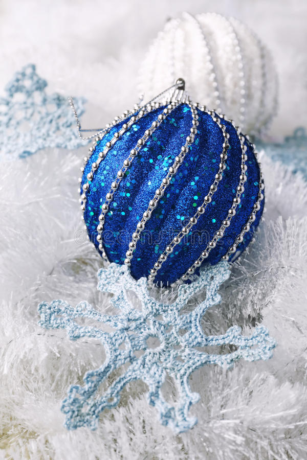 钩针编织雪花和两个大圣诞节球 免版税库存图片