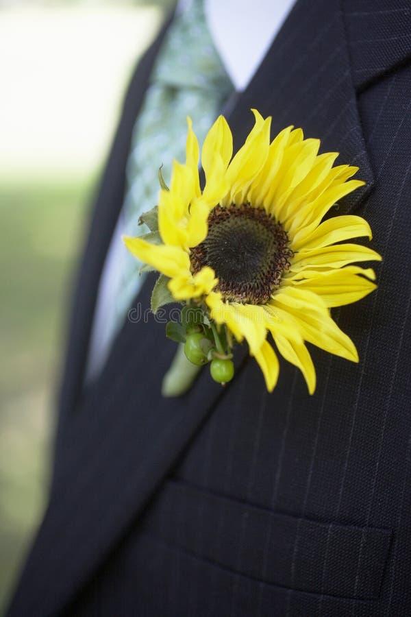 钮扣眼上插的花向日葵婚礼 免版税库存照片