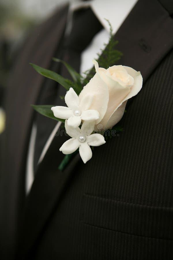 钮扣眼上插的花婚礼 库存照片