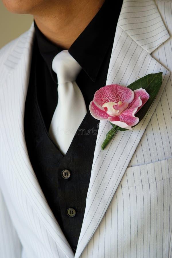 钮扣眼上插的花日新郎佩带的婚礼 库存照片