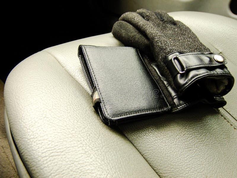 钱包和手套在前座 免版税库存照片