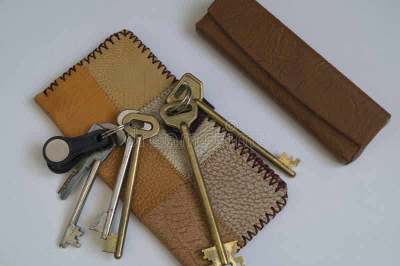 钱包皮革小块和一个钥匙串 免版税库存图片