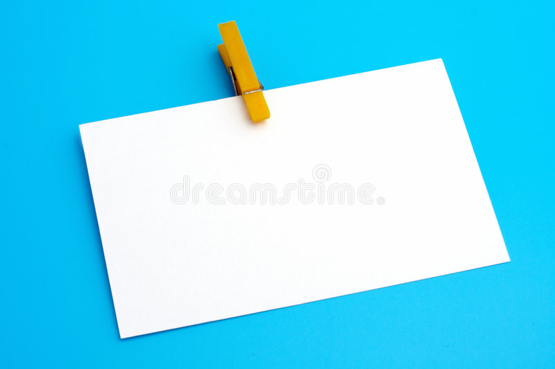 钳位查出的纸空白黄色 免版税库存图片
