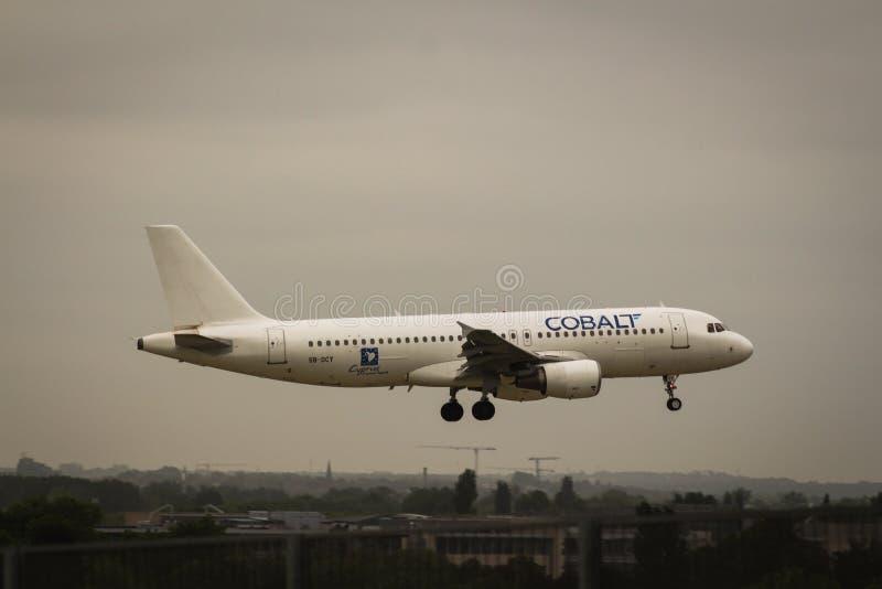 钴空气空中客车A320-214着陆 免版税库存图片