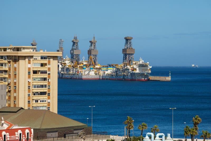 钻井船临近沿海城市 库存图片