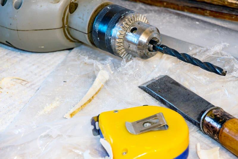 钻子,凿子,测量的磁带 免版税库存图片