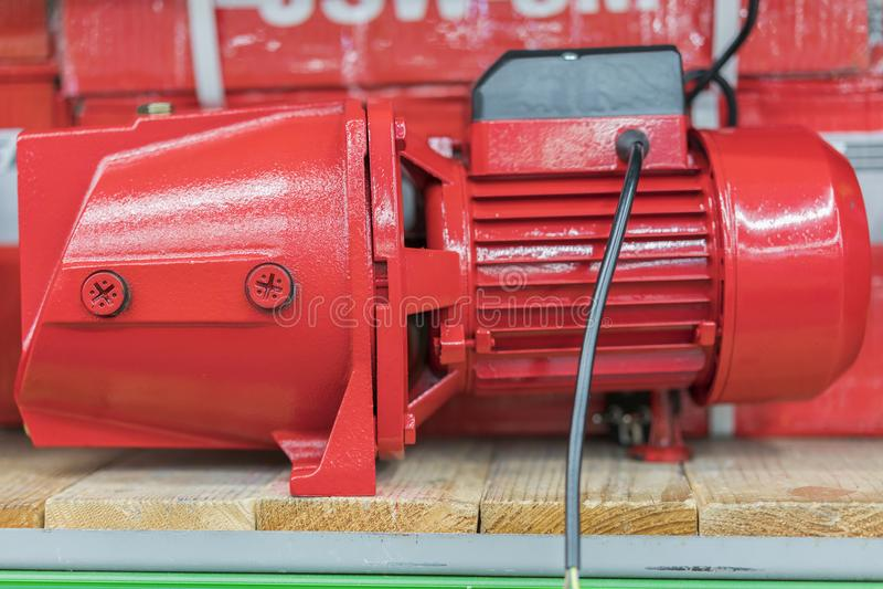 钻孔的红色泵浦在商店 图库摄影