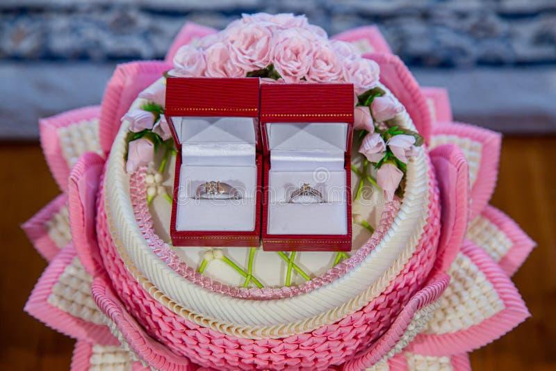 钻戒,结婚戒指,结婚戒指新娘价格 婚姻的标志 免版税图库摄影