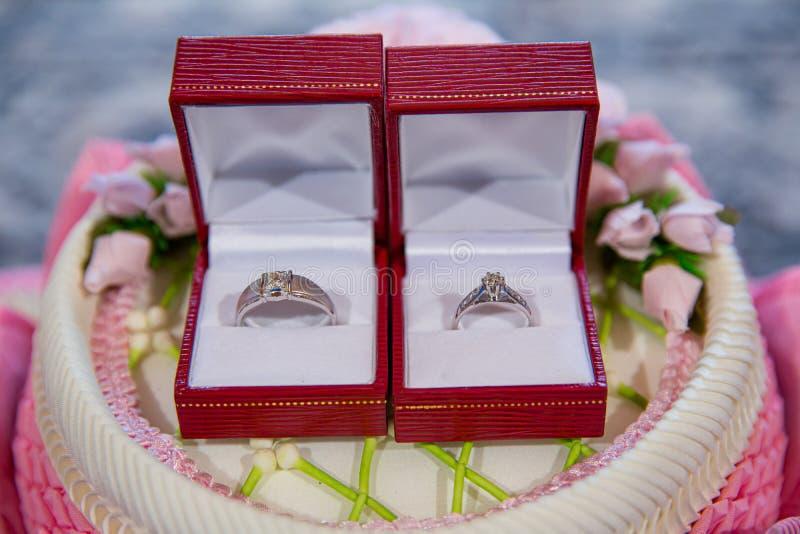 钻戒,结婚戒指,结婚戒指新娘价格 婚姻的标志 免版税库存图片