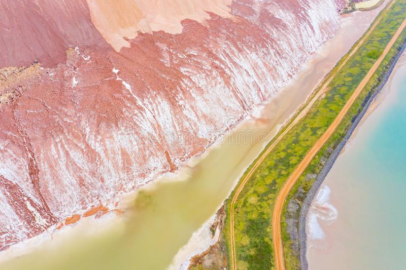 钾盐水围拢的废物堆,空中风景 生态问题概念 免版税库存图片