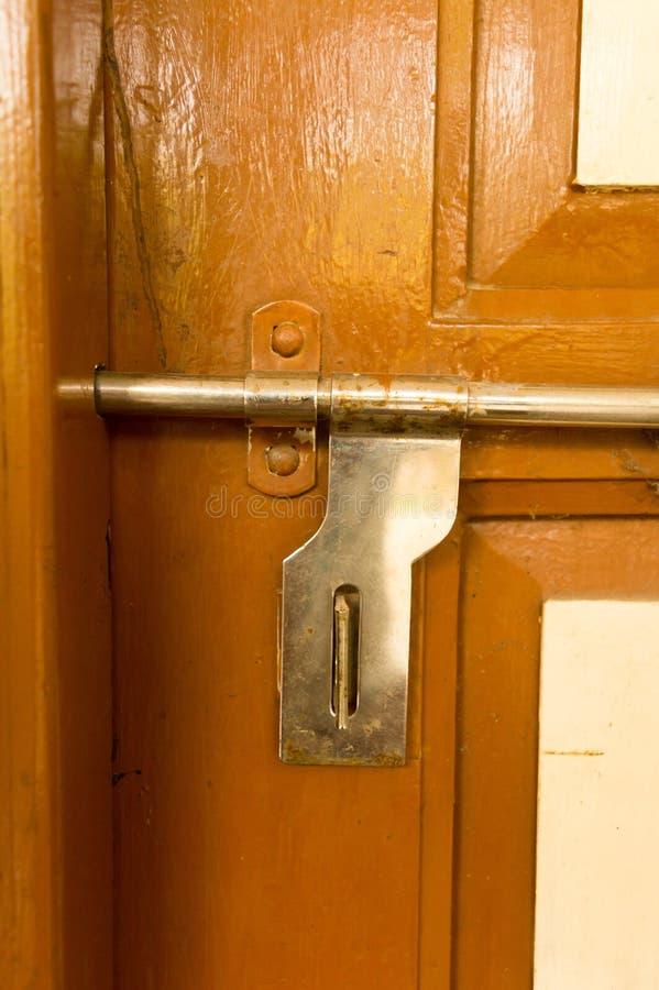 铁与在脏的样式的金属框架和好纹理特写镜头正面图外部生锈的粗砺的老棕色木门把手  库存图片