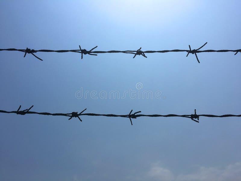 铁丝网倒钩导线浮动了导线突然移动导线钢操刀的导线锐边 库存图片