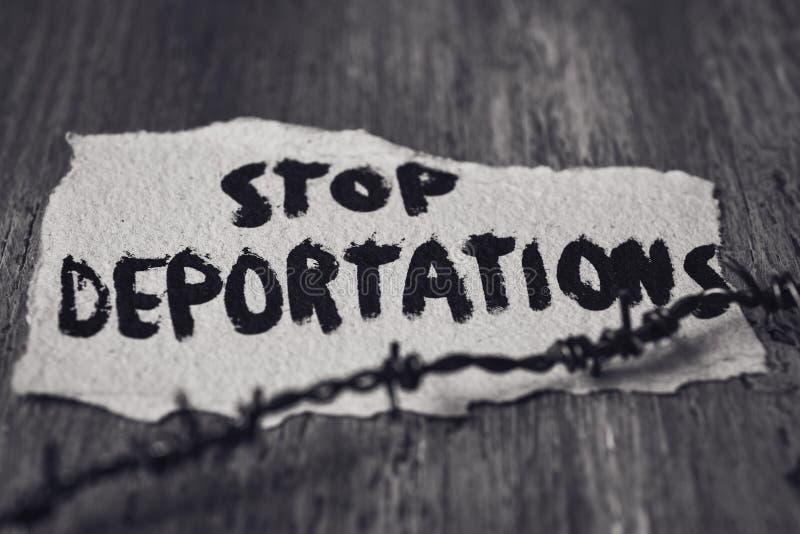 铁丝网和文本中止驱逐出境 库存图片