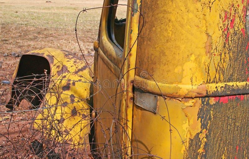 铁丝网混杂在老被放弃的葡萄酒汽车旁边击毁的  库存图片