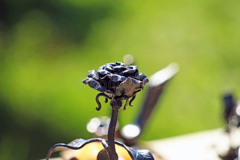 铁伪造的黑色玫瑰特写镜头 免版税图库摄影