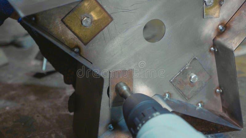 铁匠与金属一起使用在车间 库存图片