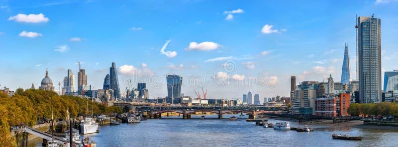 从滑铁卢桥梁的全景向泰晤士河 免版税库存照片
