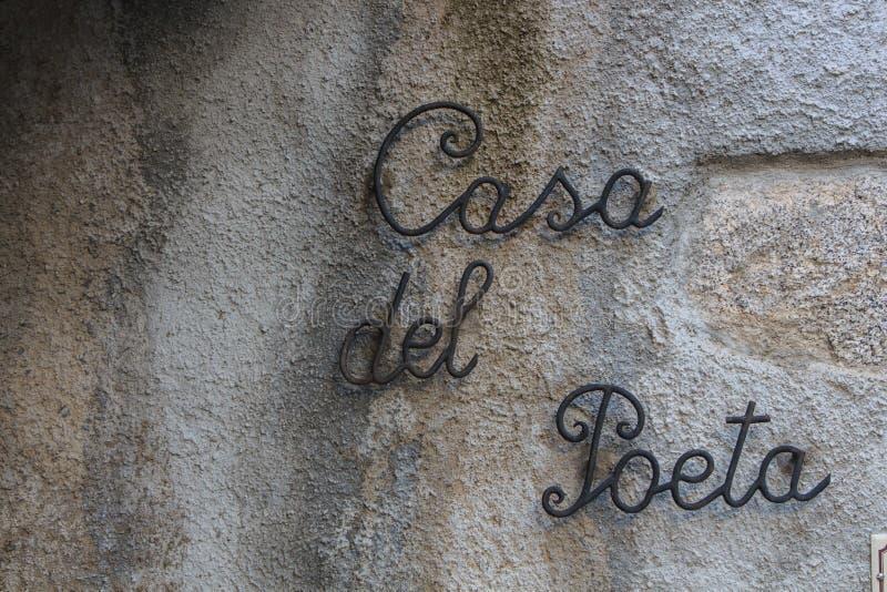 铁哥特式黑体字被钩对有诗人的词房子的墙壁 库存照片