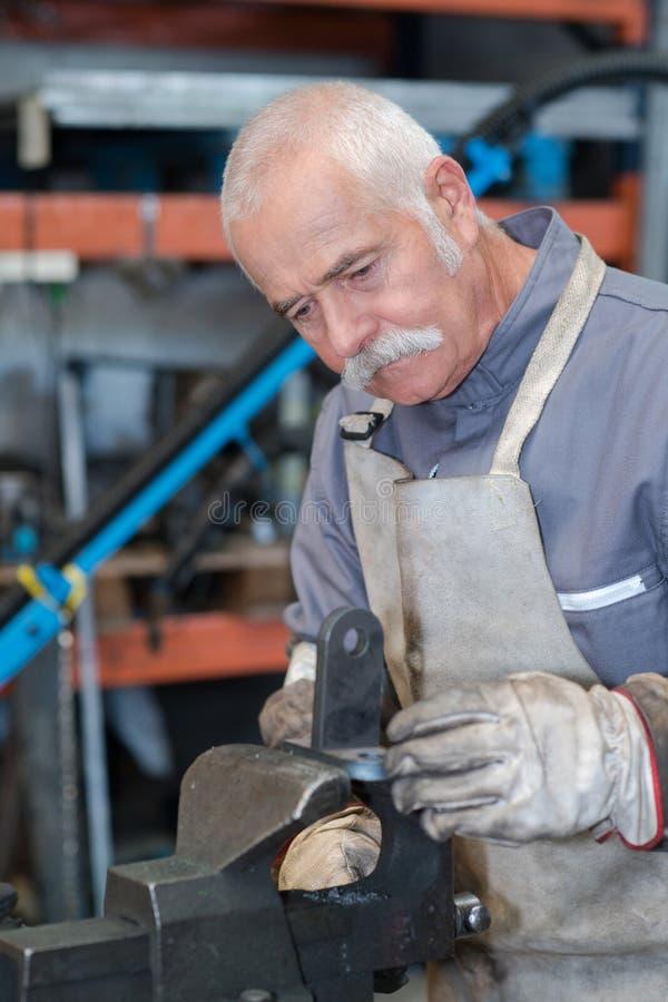 铁器的年轻人训练与专业老师的 免版税库存照片