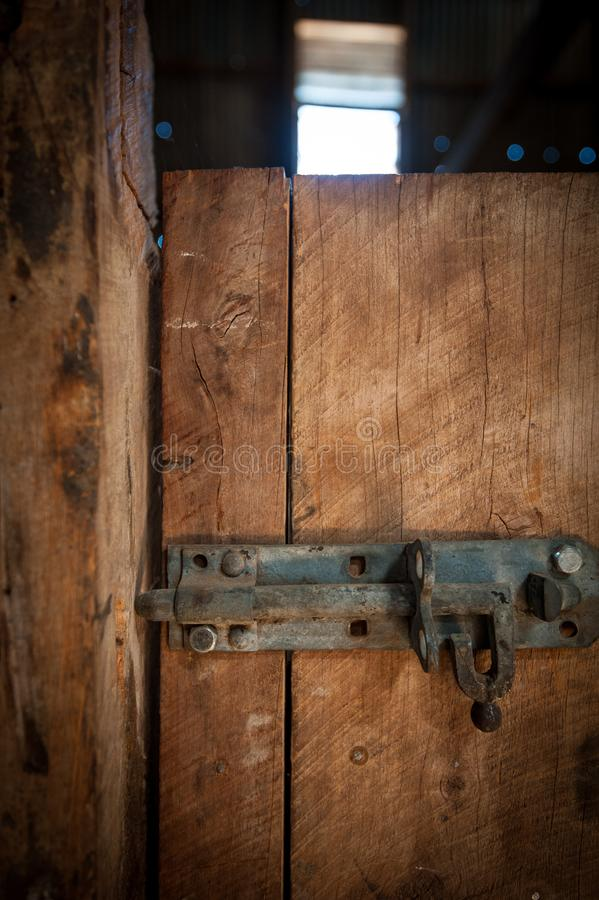 铁在一个木门的门闩锁 免版税库存照片
