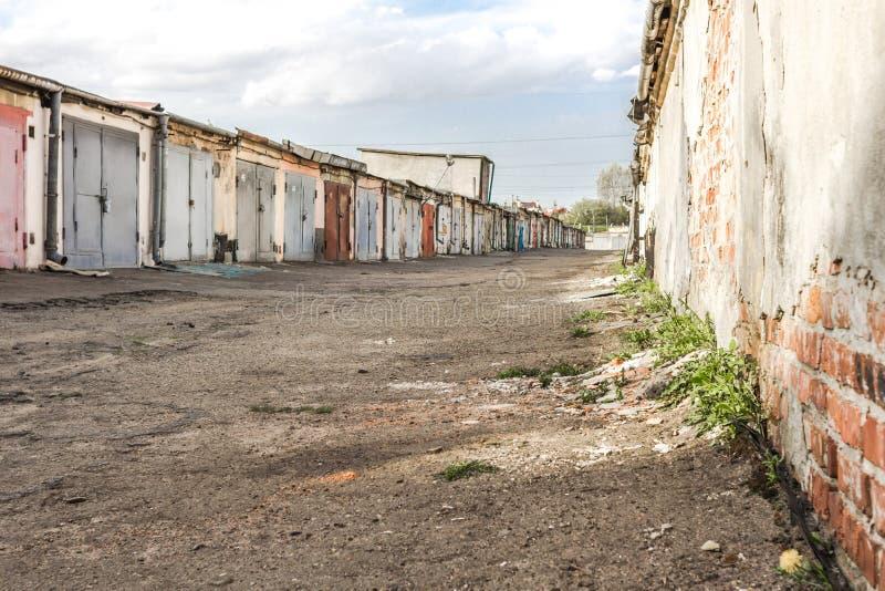 铁在一条空的街道上的车库门在工业区 免版税库存照片