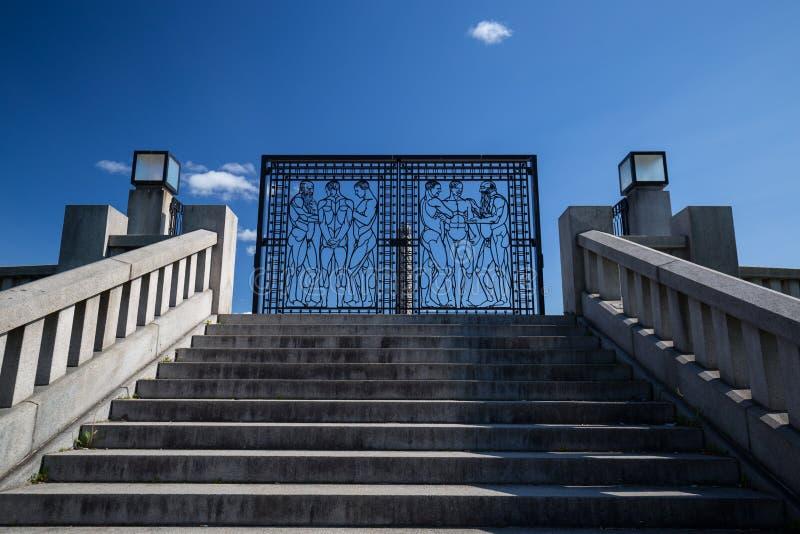 锻铁在维格兰雕塑公园给导致巨型独石高原装门 库存图片