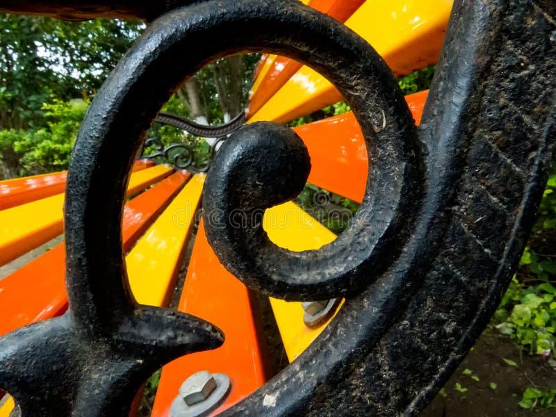 铁坐的长凳漩涡设计  库存图片