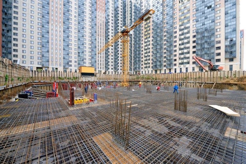 铁增强的设施在工地工作的 库存图片