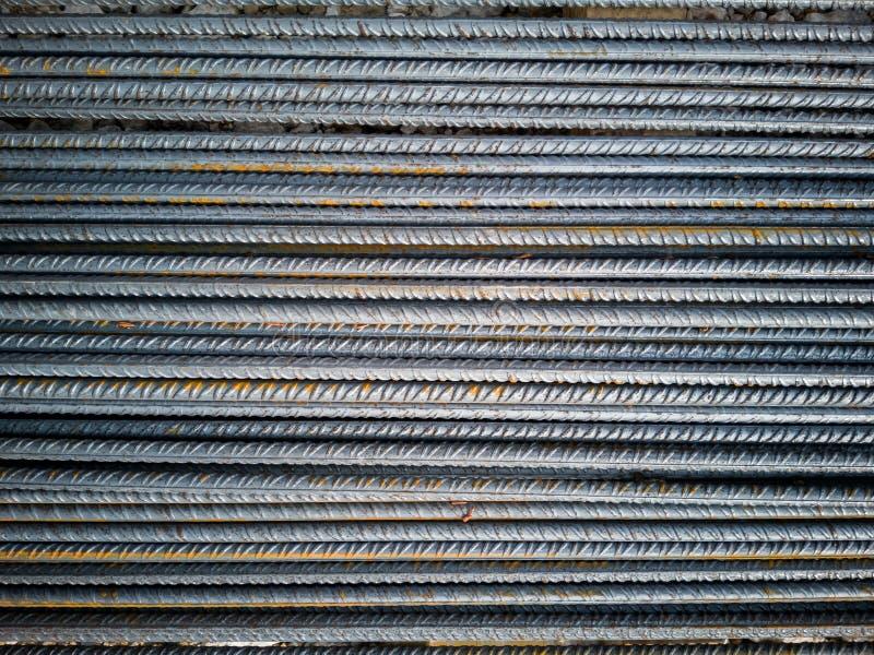 铁棍库存在执行钢筋混凝土的工地工作 库存图片